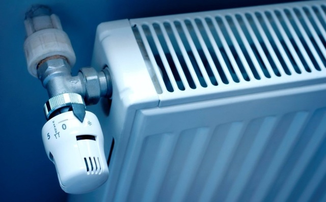 Потекла батарея отопления в квартире: сколько стоит замена через ЖЭК?